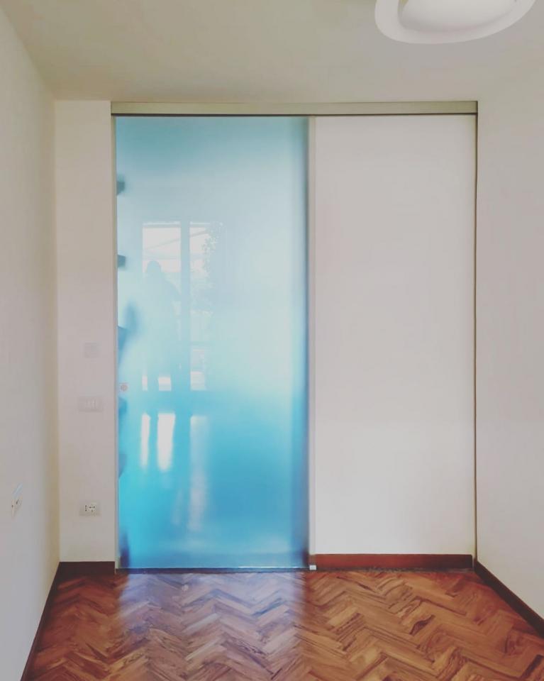 Porta scorrevole con anta in vetro