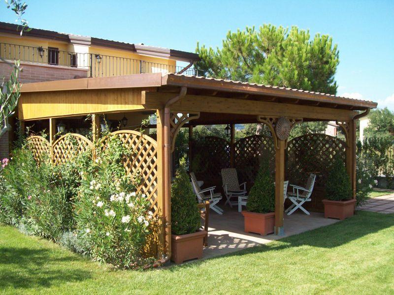 gazebo-in-legno-per-arredo-giardino